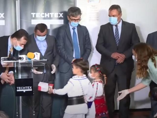 """Premierul Orban, întâmpinat cu copii la fabrica de măști. CTP: """"Aș interzice prin lege acest contact al copiilor cu politicianul"""""""