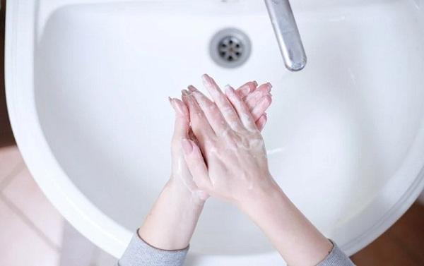 Câte ore rezistă noul coronavirus pe piele. De ce este importantă spălarea mâinilor în combaterea pandemiei. Studiu
