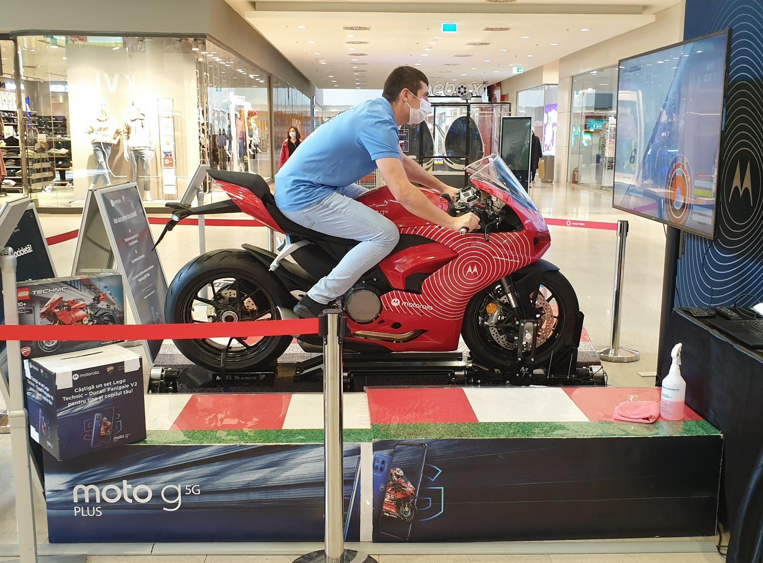 Motorola a adus un simulator unic de curse la Timișoara și oferă șansa câștigării unei motociclete Ducati Panigale V2