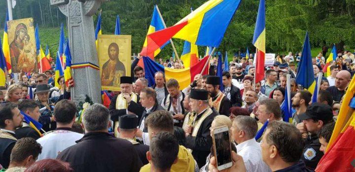 Patrioții de la Calea Neamului conduși de Mihai Tîrnoveanu au omagiat eroii români din Cimitirul de la Valea Uzului în ciuda opreliștilor abuzive ale autorităților maghiare din Harghita