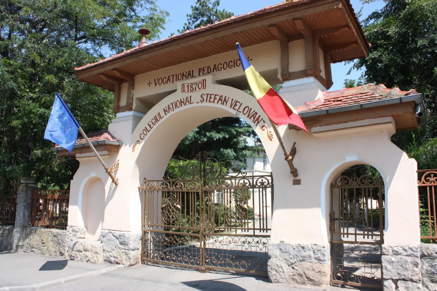 Profesori din Craiova predau lecţii online de la şcoală – GAZETA de SUD