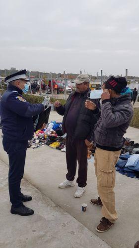 Jandarmii mehedințeni au distribuit măști de protecție în Târgul Cerneți
