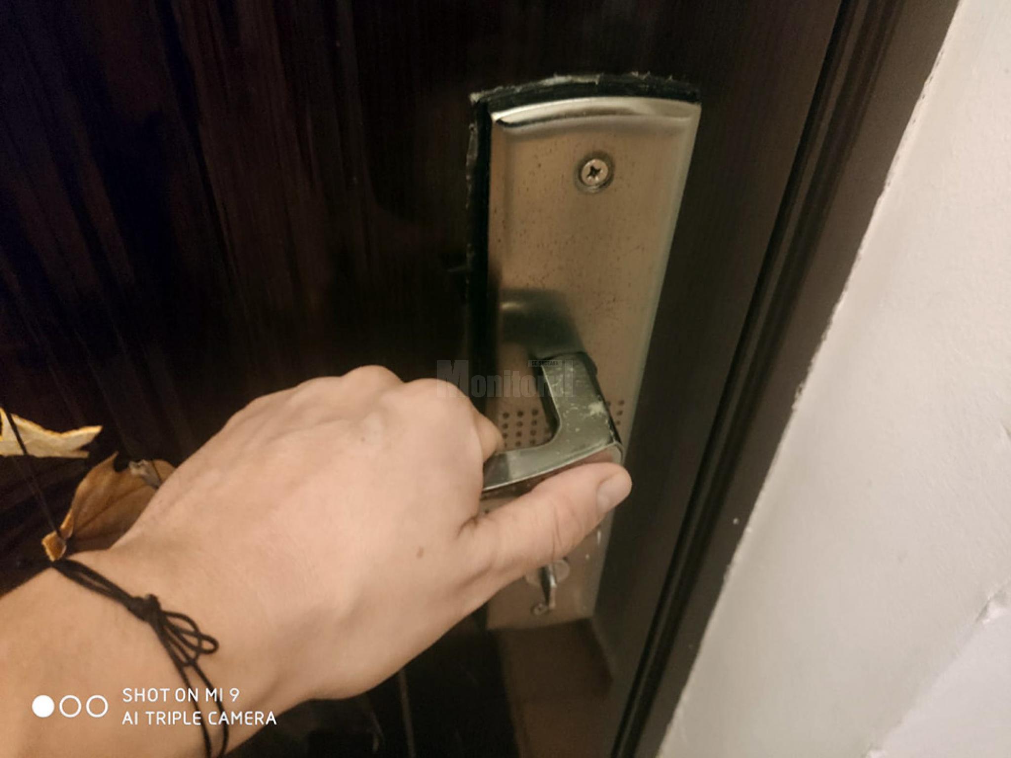 Familie din Suceava vizitata de trei ori de hotii care incearca usile de la intrarea in casa