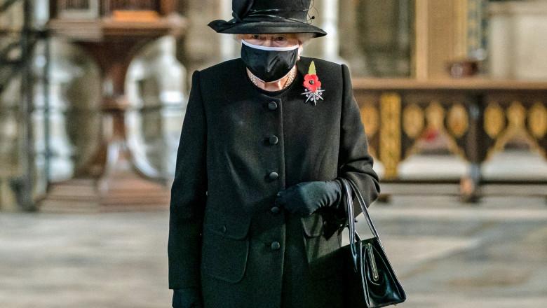 Regina Elisabeta a II-a a apărut pentru prima oară cu mască în public