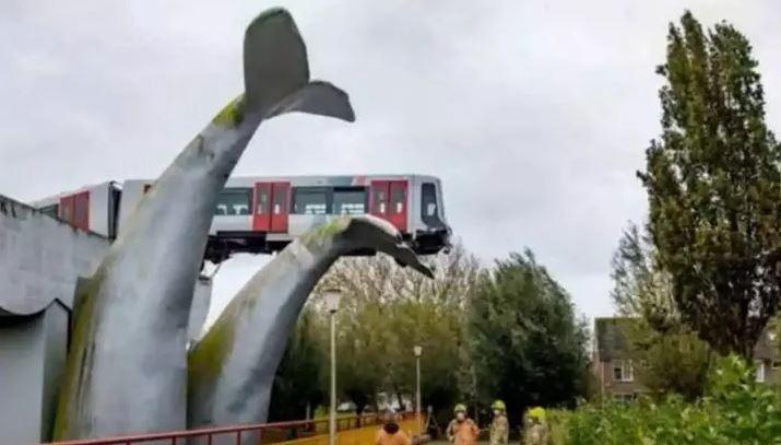 Accident spectaculos: Un tren a fost oprit de la prăbușire de o sculptură imensă