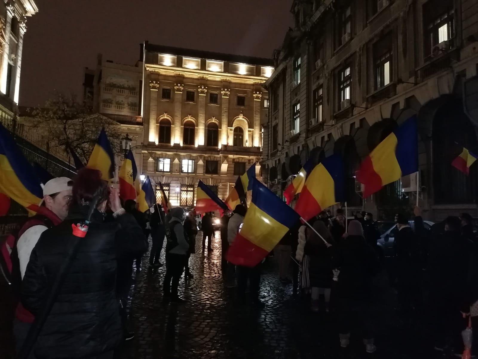 Lacrimi, lumânări și steagul tricolor pentru victime. Tătaru huiduit la minister