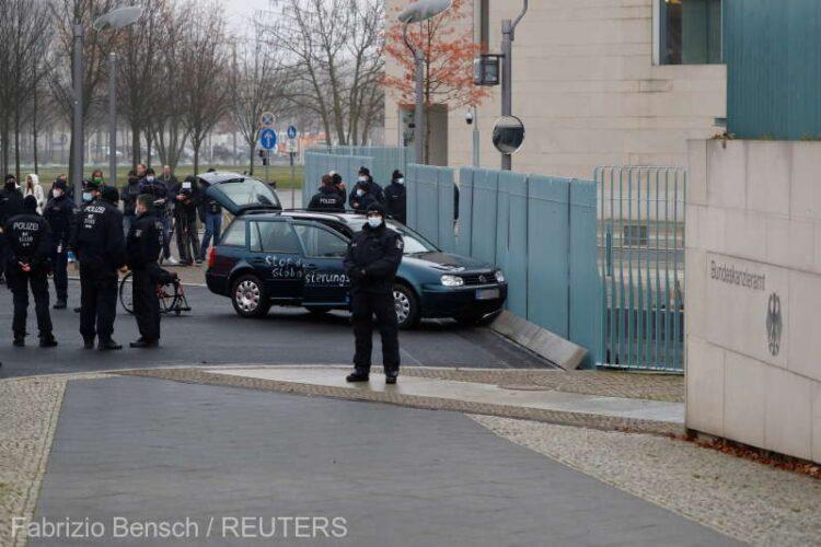 Germania: Un automobil s-a izbit de poarta sediului Cancelariei federale de la Berlin