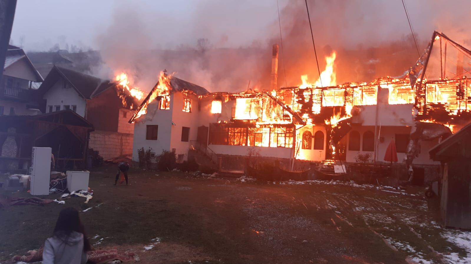 Incendiul de la pensiunea din Moieciu de Sus s-a extins și la casele din jur/ Trei persoane au făcut atac de panică – Biz Brasov