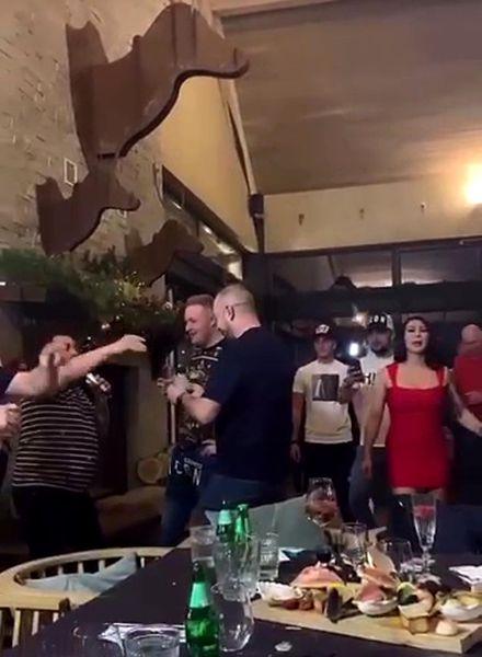 Petrecere cu interlopi, maneliști și dansatoare în Poiana Brașov, în plină pandemie. Poliția nu i-a deranjat – Biz Brasov