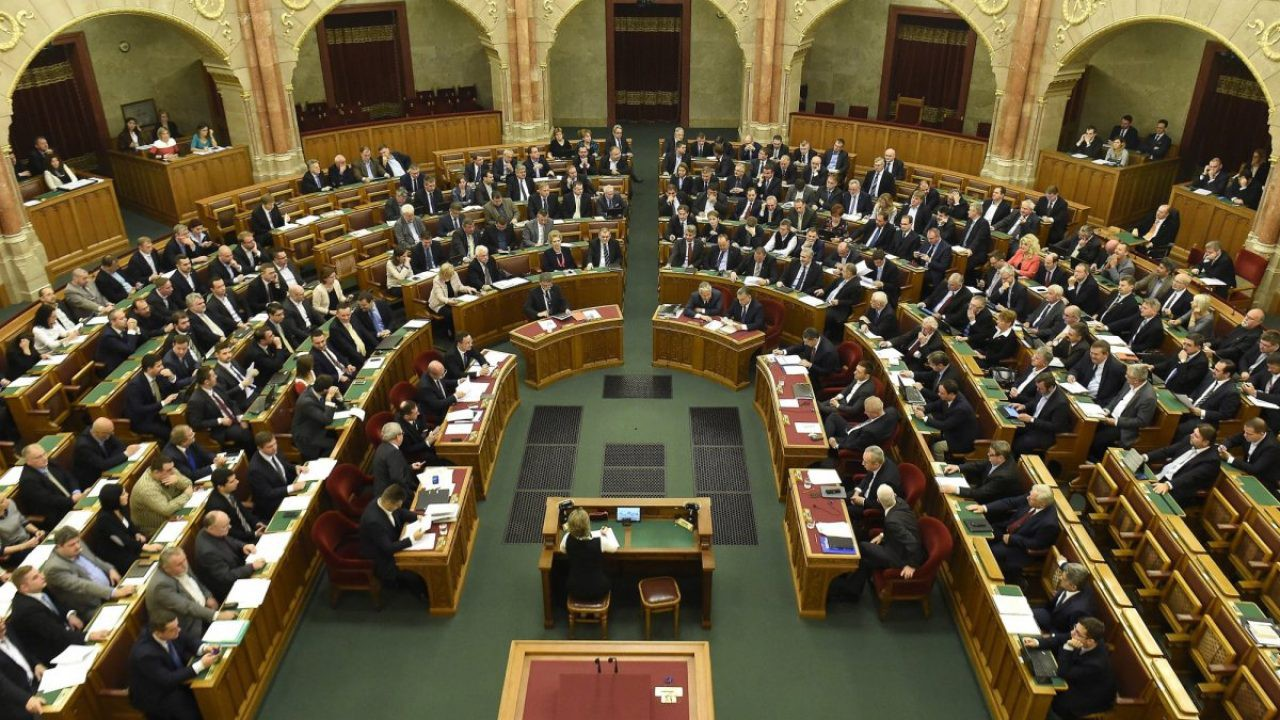 Ungaria: Parlamentul a aprobat legea care împiedică adopţiile de către cupluri de acelaşi sex