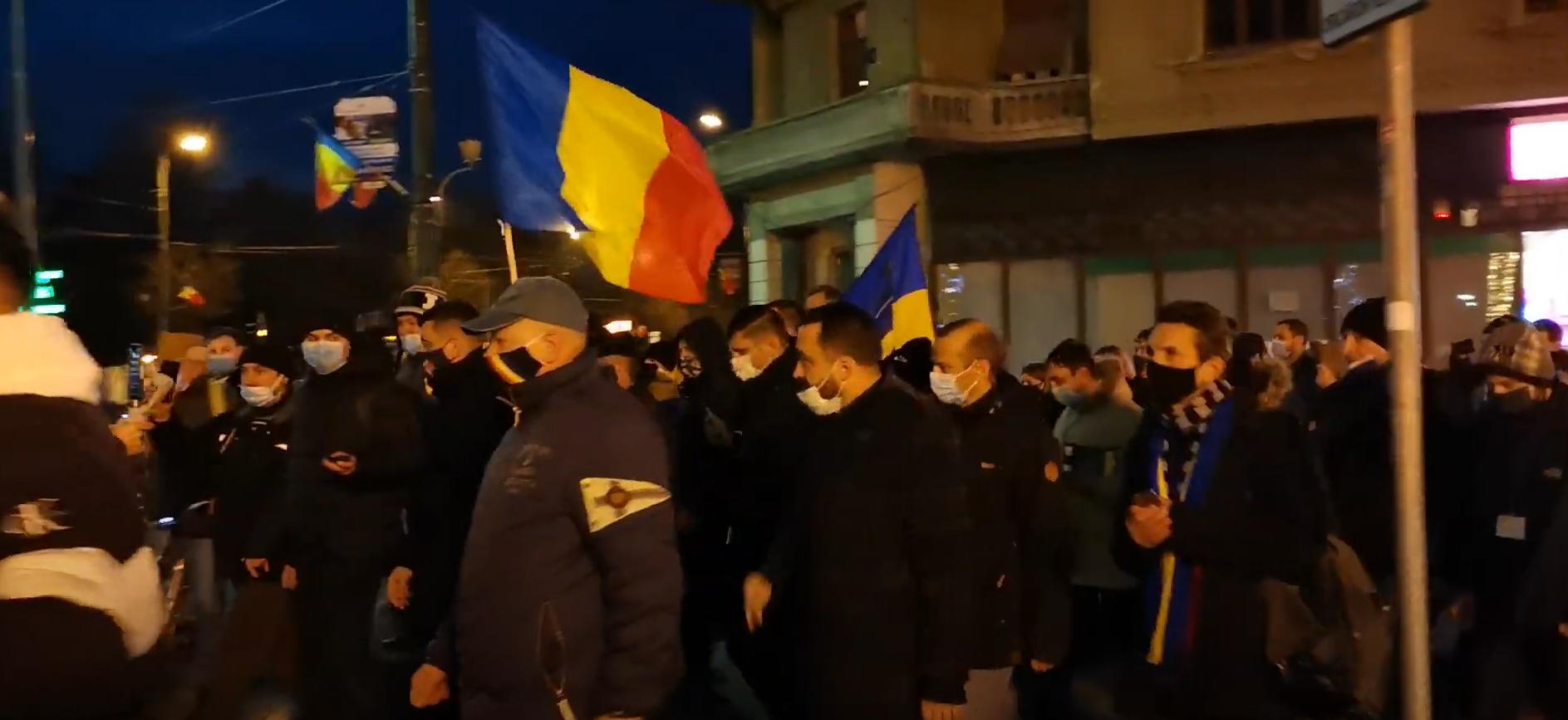 Sute de români l-au ovaționat pe George Simion la Timișoara. Huliganii PSD trimiși să îl întâmpine