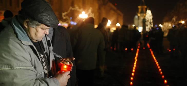 Timisoara isi plange astazi mortii. 17 Decembrie 1989, ziua in care cadeau sub gloante primii eroi ai Revolutiei. Cel mai tanar, o fetita de numai 2 ani. Foto | OpiniaTimisoarei.ro
