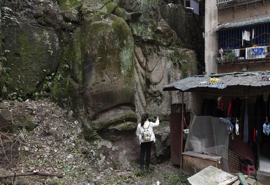 FOTO O statuie religioasă uriașă a fost descoperită între blocurile unui oraș din China