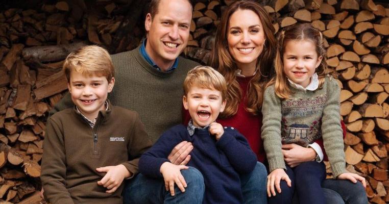 Kate Middleton și Prințul William au publicat fotografia oficială de Crăciun! Mezinul familiei a cucerit planeta cu zâmbetul lui