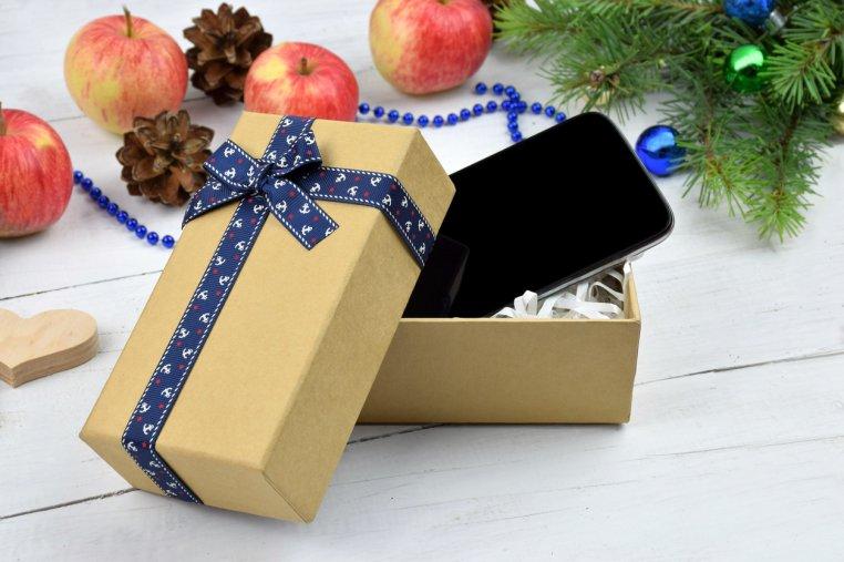 Mami, de ce Moș Crăciun i-a adus lui Alex un iPhone și mie doar o jucărie?