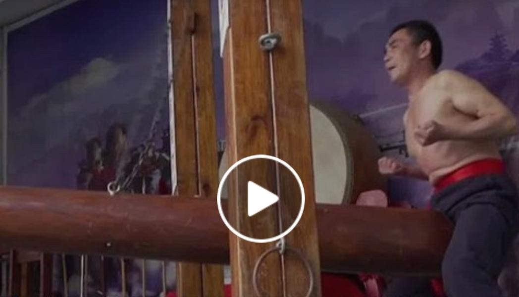 """VIDEO Maestrul chinez, bușteanul, puterea concentrării și lovirea fără milă a zonei sensibile a bărbaților: """"Nu produce infertilitate"""""""