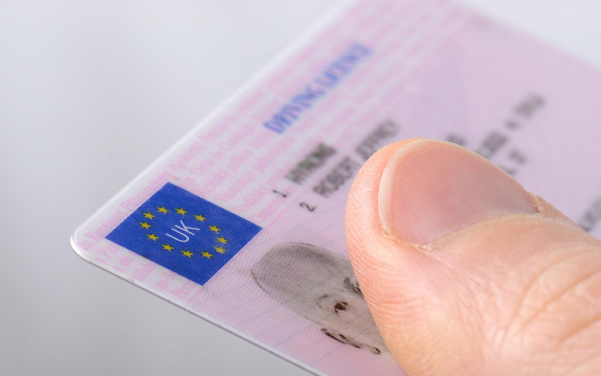 La volan cu un permis emis in Marea Britanie fara drept de circulatie pe drumurile publice