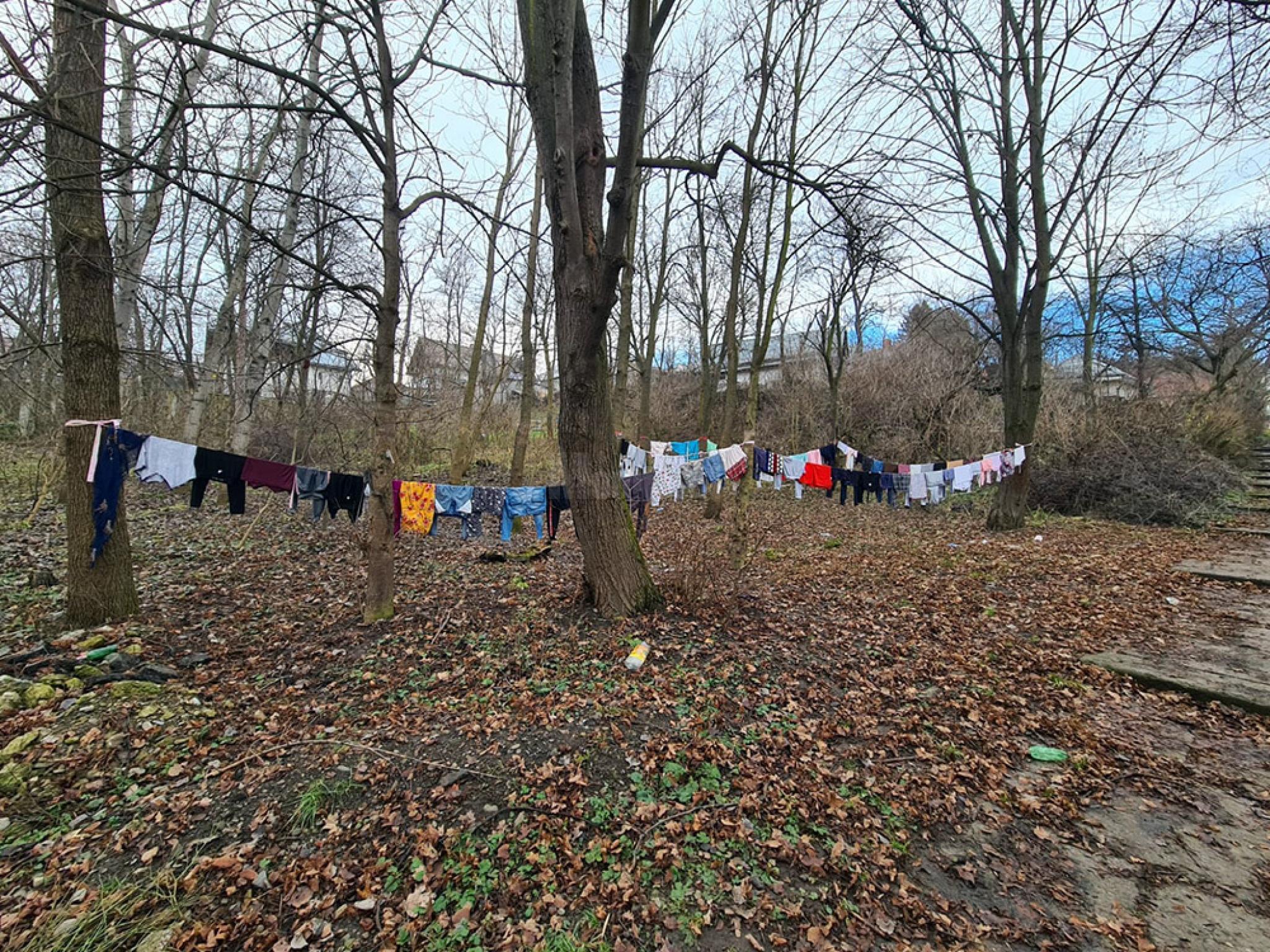 Un colt al parcului Sipote rezervat de romii din zona pentru a si usca hainele