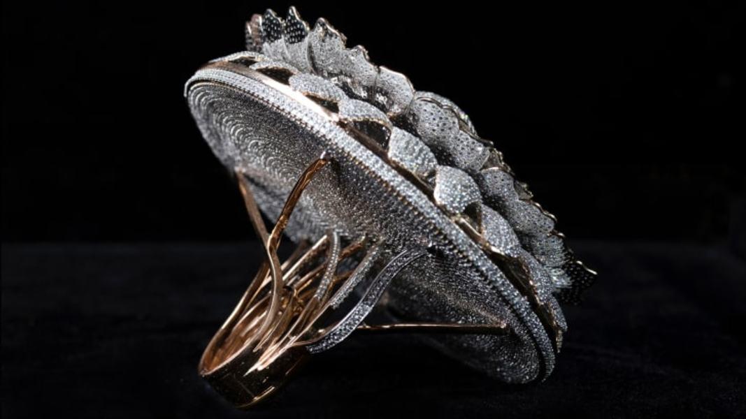 FOTO Guiness a omologat un nou record pentru inelul cu cele mai multe diamante din lume