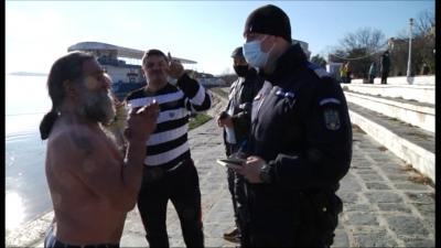 Sancţionat pentru că a sărit după Crucea Bobotezei (FOTO) – Monitorul de Galati – Ziar print si online