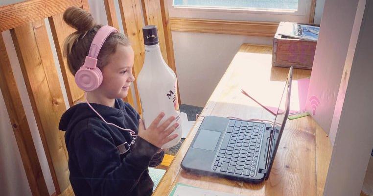 """Școala online: """"Copii, arătați ceva care miroase frumos!"""" Alegerea unei fetițe a stârnit hohote de râs pe internet"""