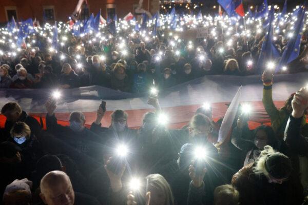 """Zeci de mii de polonezi au ieșit în stradă de teama unui """"Polexit"""""""