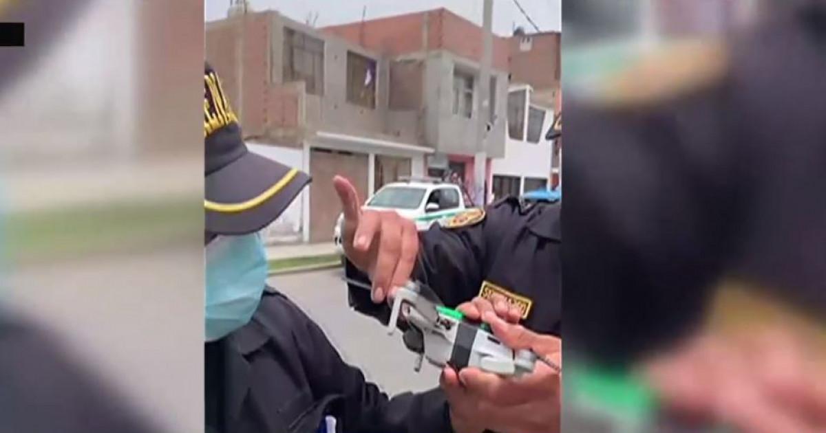 Un porumbel care a atârnat 12 ore pe un cablu a fost salvat cu o dronă. Polițiștii au prins de ea, cu bandă adezivă, un cuțit