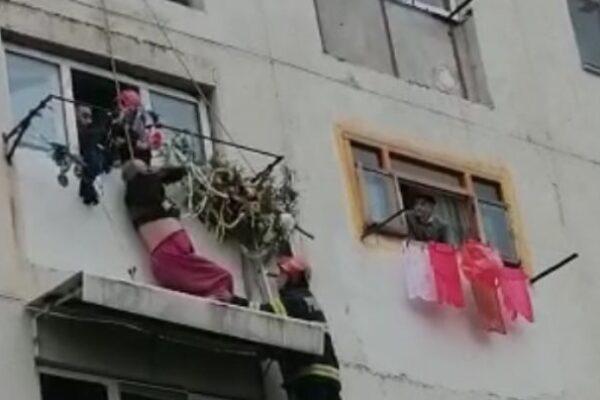 Bărbat agățat de copertina unui apartament, după ce a căzut de la etajul patru